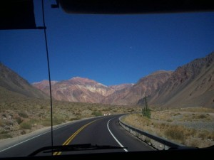 Estrada entre Mendoza, na Argentina e Santiago, no Chile