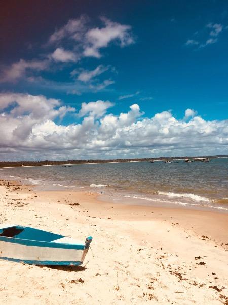 Barco na praia de coroa vermelha