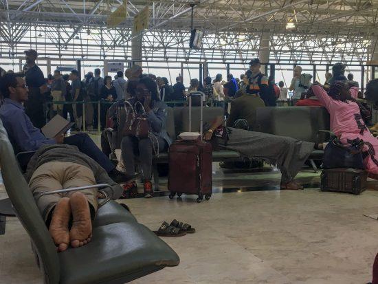 Pessoas aguardam voo em Adis Abeba
