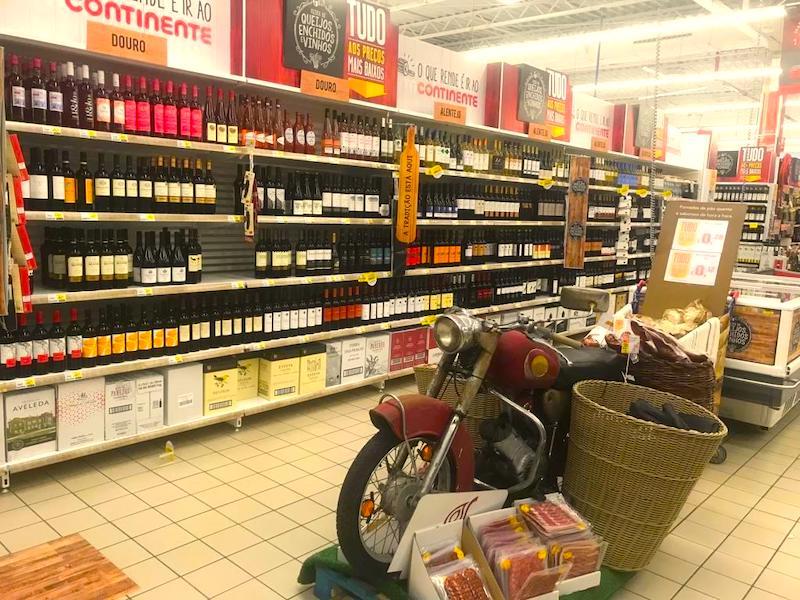 Vinhos na prateleira do mercado Continente