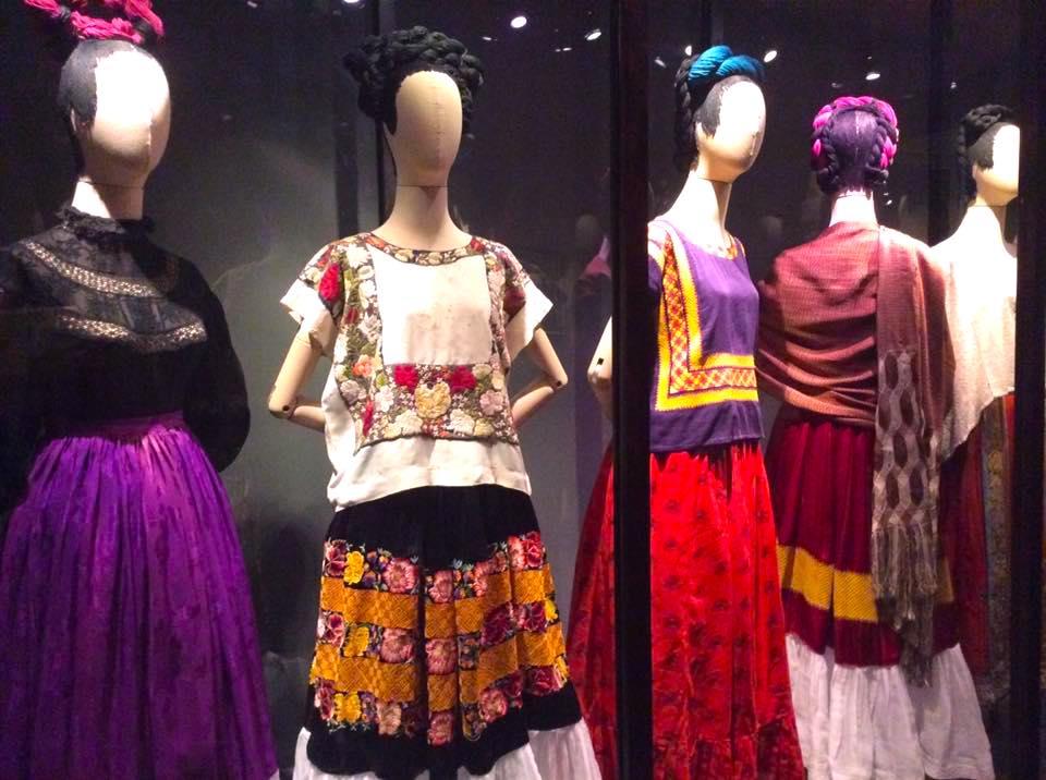 roupas Frida Kahlo - Museu da Frida Kahlo no México: conheça a La Casa Azul!