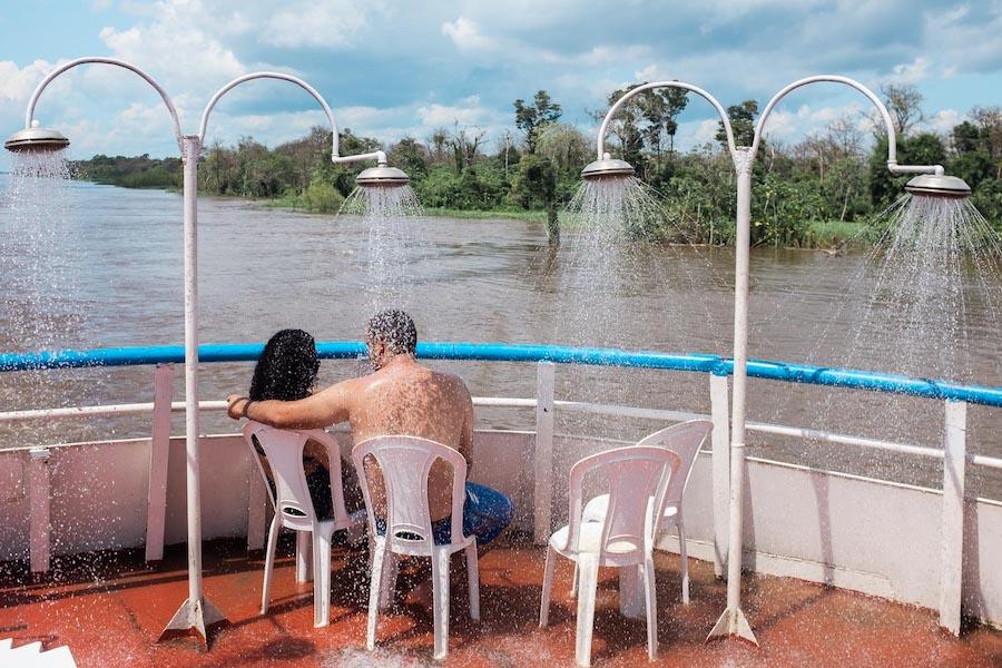 Banho no barco na Amazonia