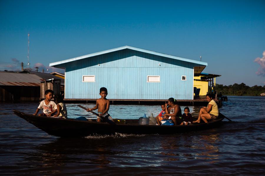 Barco com ribeirinhos da Amazonia