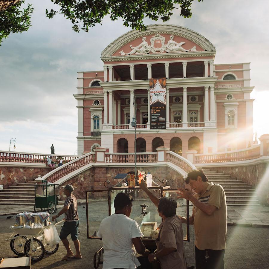 Pipoqueiros na frente do Teatro Amazonas