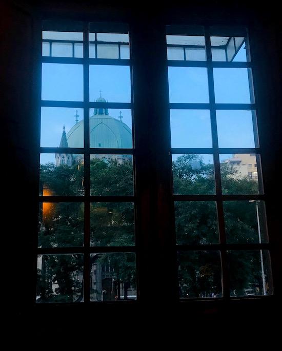 Da janela é possível ver a Catedral da Sé