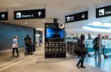 Pessoas andando no aeroporto com bagagens e malas