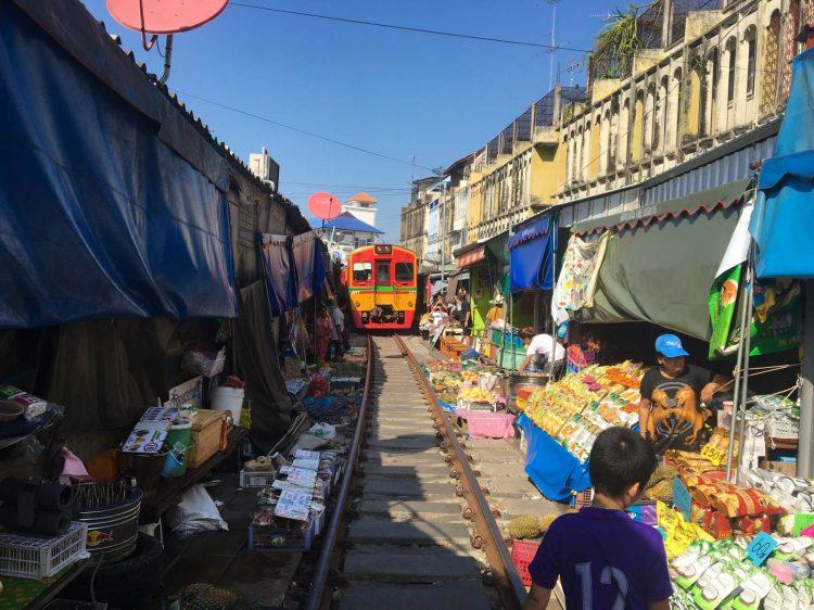 Feira no trilho do trem na Tailândia